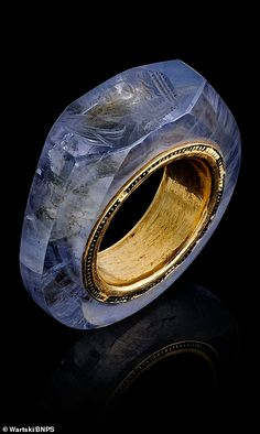 Exquisite sapphire ring thought to have belonged to Roman Emperor Caligula and depicting the face of the wife Roman Jewelry, Jewelry Art, Fine Jewelry, Geek Jewelry, Wedding Jewelry, Jewelry Necklaces, Ancient Jewelry, Antique Jewelry, Antique Rings