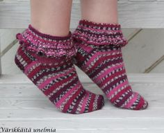 Nuoren tyttösen kässäblogi, luvassa inspiraatiota ja paljon herkullisia värejä! Fair Isle Knitting, Knitting Socks, Knit Socks, Knitting Ideas, Woolen Socks, Boot Cuffs, Hand Warmers, Mittens, Slippers