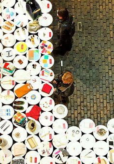Seres humanos são definidos por hábitos. Os objetos que a cada dia que nos servem para a mesma rotina, como uma escova de dentes ou um par de sapatos, fazem parte de um grande propósito em nossas vidas. A exposição 365- Charming Everyday Things produzida pelo escritório de arquitetura parisiense DGT, é um projeto com 365 itens japoneses de uso diário, expostos e, posteriormente, vendidos em Paris
