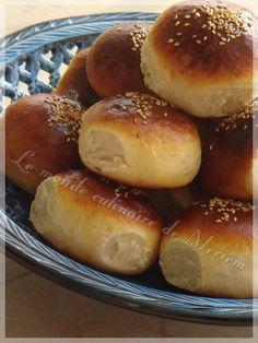 Les Chrik sont des petites briochettes au sésames, ce sont des viennoiseries algériennes, de Constantine. On les sert souvent accompagnées de fruits et de mhelbi (crème au riz et à la fleur d'oranger) à la fin des cérémonies (mariages notamment). Dans... Yummy Mummy, Yummy Food, Algerian Recipes, Algerian Food, Levain Bakery, Brioche Bread, Baking Basics, Salty Foods, Ramadan Recipes