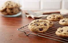 PERFECT Easy Chocolate Chip Cookies Recipe Are you a beginner in baking cookies? Well, you've found thee right recipe for you! These popular chocolate chip cookies are so easy to cook! Hershey's Chocolate Chips, Milk Chocolate Chip Cookies, Semi Sweet Chocolate Chips, Chocolate Recipes, Hershey Chocolate, Vegan Chocolate, Macarons Chocolate, Chocolate Pavlova, Chocolate Crinkles