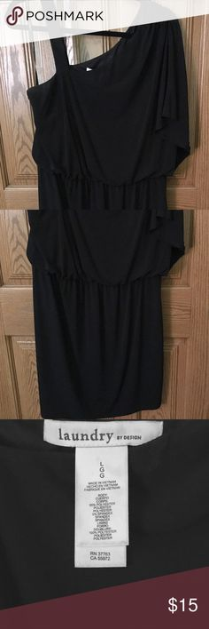 👗 Adorable Little Black Dress 👗 This LBD is so cute! It has a blousier fit on top & slightly more form fitting on the bottom (definitely not super tight). It has a strap on one side & a blousy sleeve on the other - the strap is thick enough so that you're able to wear a regular bra with the dress, no need to deal with yanking the strapless bra up all night 🙌🏽 I wasn't able to find a full length photo so I posted a headshot type photo of me in the dress with my super adorable parents…