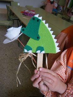 Drac de Sant Jordi. Lessons For Kids, Art Lessons, Book Crafts, Diy Crafts, Diy For Kids, Crafts For Kids, St Georges Day, Princess Crafts, Dragons