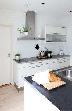 ENKELT OG RENT: Hvite tak og vegger og matchende kj�kkeninnredning med moderne design fra HTH gir dette kj�kkenet et rent og moderne uttrykk.