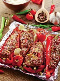 Green Pepper Recipes, Jacque Pepin, Romanian Food, Stuffed Green Peppers, Meatloaf, Tandoori Chicken, Carne, Good Food, Food And Drink