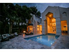 Gorgeous ultra luxury contemporary house design by John Henry Architect