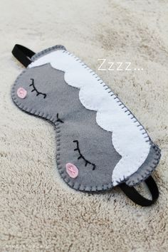 diy sleep mask // free pattern + tutorial // handsewn felt eye mask // sheep dreams // easy craft project // step-by-step instructions + download pattern for personal use // handsewn project, kids + teens