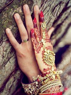 Bridal hand jewellery and henna or mehendi design. Photo by Deo Studios Brauthandschmuck und Henna oder Mehendi Design. Wedding Couple Poses, Pre Wedding Photoshoot, Wedding Shoot, Wedding Couples, Couple Shoot, Wedding Nail, Wedding Ideas, Big Fat Indian Wedding, Indian Bridal