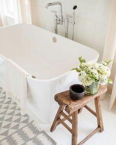 Modern farmhouse bath | Bathroom decor | Soaking tub | Rustic bench | Light and airy bathroom | Bathroom design inspiration