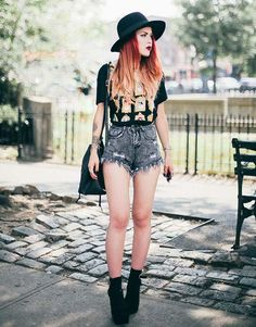 Lua fedora outfit, denim outfit, fedora hat, denim shorts, grunge fashion s Fedora Outfit, Denim Outfit, Fedora Hat, Denim Shorts, Black Hat Outfit, Rocker Outfit, Mode Grunge, Grunge Look, Grunge Style
