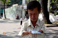 Cảm phục người đàn ông bị tật bán vé số hơn 30 năm ở Sài Gòn để nuôi vợ - Kenh14.vn