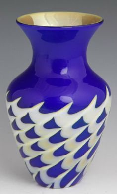 """STEVEN LUNDBERG ART GLASS VASE OF NAVY BLUE GLASS WITH WHITE/YELLOW,  PULLED TO CREATE PEAKS - SIGNED """"S. LUNDBERG""""  DATED 2001"""