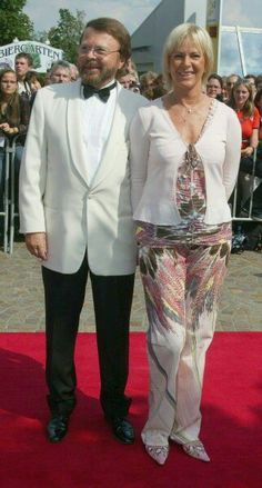 A happy Bjorn and Frida in sunny Stuttgart at the opening of Mamma Mia! in July 2004.