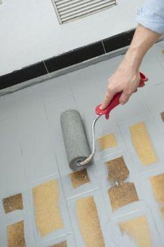 Repeindre le carrelage au sol d'une cuisine : tuto en images - Côté Maison