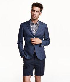 ウールとリネン混紡のドビー織り素材を使用した2つボタンジャケット。柄入りの裏地が付いた片胸ポケット付きで、裏地は引き出すと飾りポケットチーフにもなります。フロントにフラップタイプのウェルトポケット付き。内ポケットが3つあり、そのうち1つはボタン留め。ラペルには飾りボタンホール、袖口には飾りボタンが施されています。バックはセ�