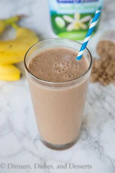 Chocolate Peanut Butter Smoothie is rich, creamy, and a healthy way to start the day! Sart their day with chocolate and not feel guilty about it! Strawberry Pineapple Smoothie, Raspberry Smoothie, Fruit Smoothies, Healthy Smoothies, Healthy Foods, Peanutbutter Smoothie Recipes, Chocolate Peanut Butter Smoothie, Healthy Peanut Butter, Chocolate Peanuts