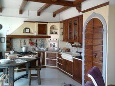 Cucina in muratura 100% legno.  La cucina è di esposizione. Il prodotto è esposto in tutte le province della Campania.