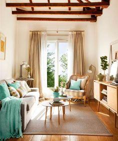 Salón pequeño con sofá, alfombra, mesa de centro redonda, aparador patas finas y butaca 00395767