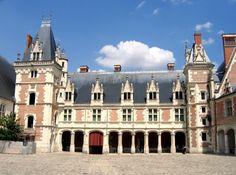 Aile Louis XII du chateau de blois, 1492 Pas de système défensif apparent (créneaux, tours, etc...),composition irrégulière de la façade (porte sur la droite) ,Usage de jeu de polychromie et d'appareillage. L'italianisme n'apparaît qu'à travers de menus détails de l'ornementation et dans l'importance des galeries, ouverte au rez-de-chaussée et fermées aux étages. Ces galeries permettent d'accéder à chaque salle, sans être contraint de traverser toutes les salles selon l'usage français