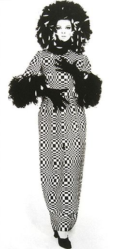 op art dress by geoffrey beene great graphic image on coat with epic fur detailing Sixties Fashion, Mod Fashion, Trendy Fashion, Fashion Art, Fashion Beauty, Fashion Show, Vintage Fashion, Fashion Design, Fashion Drawings