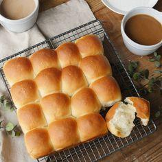 【基本のレシピ】ふわふわもっちり。基本のちぎりパン - macaroni Japanese Bread, Japanese Food, Hot Dog Buns, Food Styling, Asian Recipes, Bread Recipes, Sandwiches, Bakery, Recipies