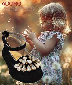 Meninas na moda são umas gracinhas, e quem mais adora estar na moda são as baixinhas. Mamãe fica orgulhosa de a sua mocinha querer ficar parecida com ela, e sabe que sua filha está calçando um sapato que tem qualidade e o conforto ideal. Amoreco é na Adoro Presentes. #Amoreco #SapatosAmoreco #Sapatinhos #CalçadosInfantis #Sapatilhas #Crianças #AdoroPresentes #moda #ModaInfantil