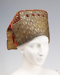 """Женский головной убор """"Сорока"""".  18-й век. 11.4 x 21.6 cm. Шёлк, металлические нити, лён, стекло."""