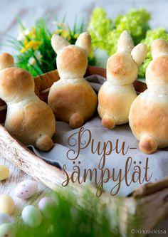 """Pupusämpylät. Nyt sämpylöitä leipomaan! Nämä pääsiäispuput leivoin """"herkkuleiväksi"""" toista tytärtäni ajatellen, joka on erityisen ihastunut pupuihin. Leipomiseen voi ottaa koko perheen mukaan ja keksiä yhdessä uusia ideoita ja versioita pääsiäishahmoista. Tätä taikinaa on nimittäin helppo muovailla. Muutamien tipahtaneiden päiden jälkeen voin kuitenkin sanoa, että parhaiten onnistuvat pellin päälle """"makaamaan"""" laitetut hahmot."""