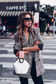 Have always been a huge fan of oversized plaid blazers like this one - so easy to style and such a put together chic look with minimal effort Womens Fashion Casual Summer, Black Women Fashion, Womens Fashion For Work, Style Désinvolte Chic, Style Casual, Skirt Fashion, Fashion Outfits, Fashion Top, Fashion 2017