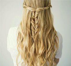 Tight side twist pinned back into a fishtail braid with loose wavy curls Messy Fishtail Braids, Fishtail Hairstyles, Cool Hairstyles, Loose Wavy Curls, Styling Gel, Twisted Hair, Beachy Hair, Barefoot Blonde, Beauty Tutorials