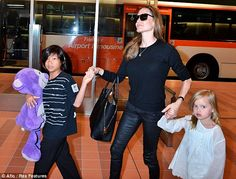 Celeb Diary: Brad Pitt & Angelina Jolie @ Haneda International Airport, Japonia