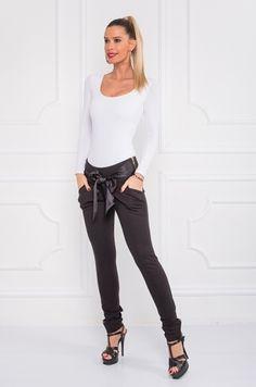 Slim nohavice čiernej farby. Výnimočnosť im dodáva našitá saténová mašľa v prednej časti - ktorú si viete uviazať na akýkoľvek spôsob. Vhodné k bodyčkám, tričku, blúzke.