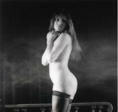 """Jean-Pierre Fizet(né en 1942). Jane Birkin, tournage du film """"Le Pleurnichard"""" de Michel Audiard, 1974 Diasec contrecollé sur dibon signé en bas à droite dans l'image. Au dos numéroté 6/8. Tirage moderne. Estimation 800 à 1 200 euros."""