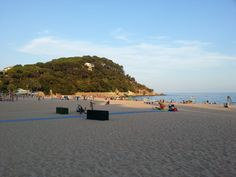 Fenals Beach,  Plage accessible à pied depuis village de Lloret au travers d'une jolie colline boisée.