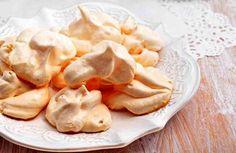 Recetas clásicas de merengue normalmente toman mucho tiempo para cocinar y hornear. Pero si tu casa tienes un horno de microondas, se puede hacer un milagro.  Preparar el merengue en el microondas en ¡sólo 3 minutos!  Ingredientes + 300 g de azúcar glas, + 1 claras de huevo.    Cómo hacerl