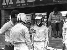 Kyalami Mauro Forghieri, Chris Amon and Jacky Ickx confer in the pits. Amon, Ferrari F1, Classic Motors, Interesting History, Car And Driver, Le Mans, Grand Prix, Race Cars, Motor Sport
