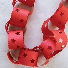 Possibly the cheapest and easiest DIY Christmas decoration. Putting paper chains up with your housemates? Xmas Decorations To Make, Paper Decorations, Paper Garlands, Christmas Paper Chains, Kids Christmas, Christmas Island, Natural Christmas, Homemade Christmas, Christmas Photos