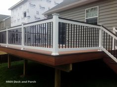 Choosing a deck railing that highlights the flooring can be challenging. Check out our gallery with different materials and colors for ideas. Balustrade Design, Railing Design, Railing Ideas, Composite Deck Railing, Deck Railings, Porch And Balcony, House With Porch, Deck Ideas Townhouse, Trek Deck