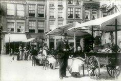 Kaas verkoopsters voor het Waaggebouw in 1900