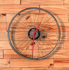 A superfície oposta à parede com zigue-zague não ficou para trás: foi revestida de réguas de pínus e ganhou um relógio feito com roda de bicicleta (veja como copiar em tinyurl.com/relogio-bike).