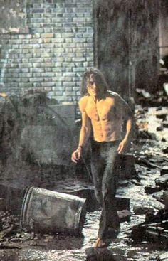 Sexy Brandon Lee with his shirt off in The Crow Brandon Lee, Crow Movie, I Movie, Nocturne, Beautiful Boys, Gorgeous Men, Bruce Lee Family, The Crow, When Someone Dies