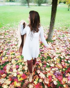 This is one of my favorite seasons of the year. I love the colors and the leaves everywhere. What's your favorite season my instafriends. Love Fashion, Autumn Fashion, Autumn Coat, Seasons Of The Year, Fall Outfits, Stockings, Ootd, Leaves, Street Style