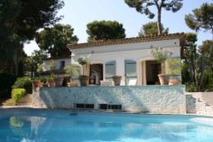 Beautiful villa in the heart of Cap d'Antibes / RFC10000212VV / http://www.rfc-estates.com/объекты-продажа-вилла-кап_д_антиб-826-ru.html / Price - 3,950,000 € / total area of Villa - 350 m2 / The total area of land - 1600 m2 / Bedrooms - 6