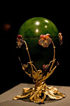Russian Imperial Fabergé / Pansy Egg (aka the Spinach Jade) 1899 Art Nouveau, Fabrege Eggs, Egg Art, Objet D'art, Egg Decorating, Oeuvre D'art, Pansies, Precious Metals, Easter Eggs