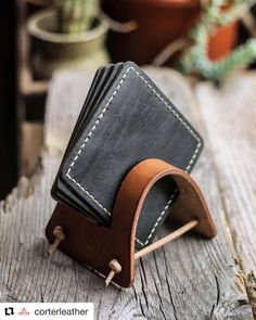 leather jewelry jewelry jewelery Making a Leather Vintage Coaster Set 480477853997894923 Leather Diy Crafts, Leather Gifts, Leather Projects, Leather Crafting, Leather Accessories, Leather Jewelry, Conception En Cuir, Leather Backpack, Leather Wallet
