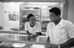 USA. Muhammad Ali (then Cassius Clay), boxing world heavy weight champion in Chicago 1966. Ali flirts with Belinda in a bakery shop. Belinda later became Ali's second wife. HOT1966015W2719/16 © Thomas Hoepker / MAGNUM