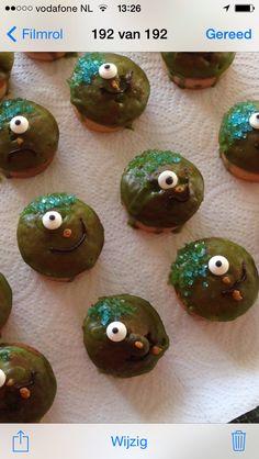 Monsterachtige traktatie - mini cupcakes gepimpt met glitters, glazuur en oogje!