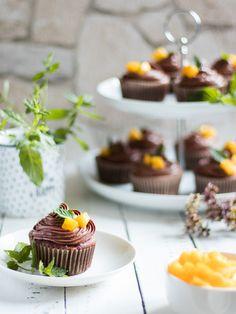 Schoko Mango Cupcakes - Bites of Delight Mango Cupcakes, Panna Cotta, Ethnic Recipes, Desserts, Food, Cacao Powder, Chocolate, Super Simple, Raspberries