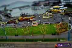 Tilt-shift é uma técnica de fotografia que requer manipulação da câmera ou imagem de modo que um local em tamanho real pareça ser um modelo em miniatura em escala.    Confira em nosso blog incríveis fotografias: http://www.mglcom.com.br/blog/2012-04-27-incriveis-fotografias-tilt-shift