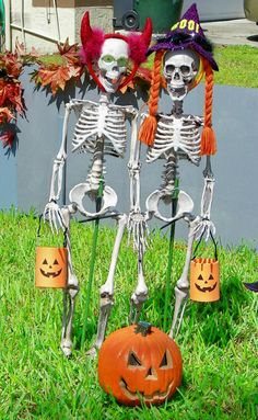 Awesome diy crazy bones skeletons for halloween decoration 00014 Halloween Prop, Halloween Outside, Halloween Yard Decorations, Outdoor Halloween, Halloween 2019, Halloween Cards, Holidays Halloween, Happy Halloween, Halloween Camping